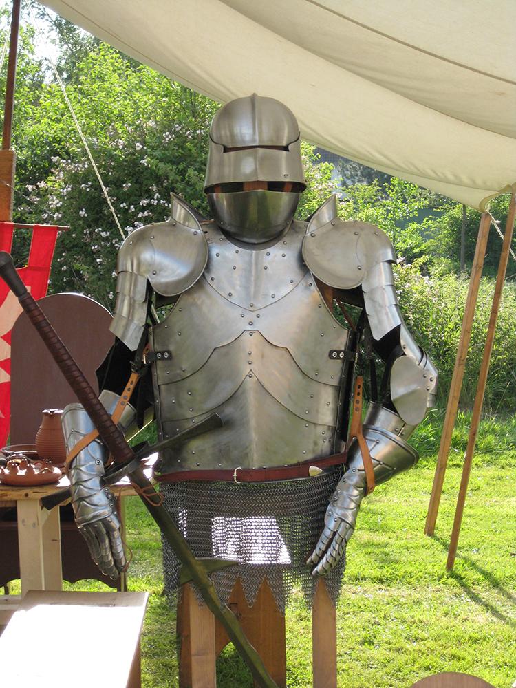 Plattenrüstung mit Helm und Schwert