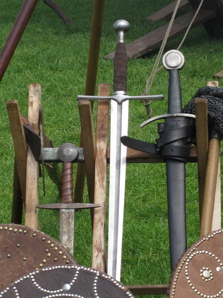 Schwerter an einem Holzständer